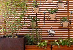 Tijolos especiais, treliças, painéis, quadros ou meros vasos. Materiais simples podem construir um belo jardim vertical.   Por: Alessandro G...