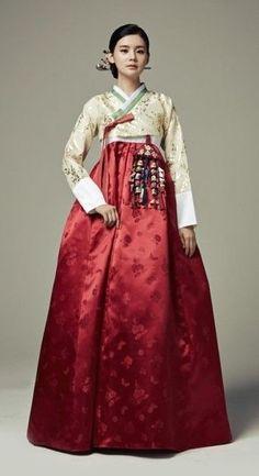 Seodamhwa - Wedding Hanbok designed by Song Hye-Mi - Traditional Korean Clothing (photo cropped) Korean Traditional Dress, Traditional Fashion, Traditional Dresses, Korean Fashion Trends, Asian Fashion, Style Ulzzang, Korea Dress, Modern Hanbok, Oriental Fashion
