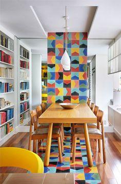 A gente aMMMou a ideia da faixa de azulejos coloridos que vão da parede até o chão.