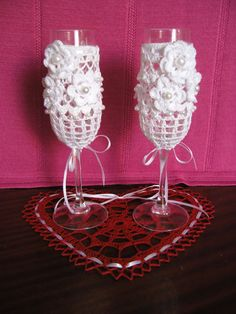 Glasses dressed in crochet clothing. Different colours when comission. ideal as a gift for wedding, etc. Kieliszki w szy. Crochet Home, Crochet Gifts, Cute Crochet, Wedding Wine Glasses, Wedding Bottles, Champagne Glasses, Crochet Accessories, Decorative Accessories, Crochet Designs