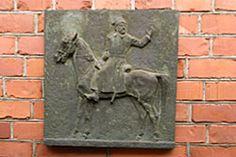Venäläisen tarkk´ampujan rykmentin komentaja eversti Feodor Znamenskin pronssinen reliefi (Jyrki Sailo 1967) Varuskuntakirkon pohjoisseinässä.