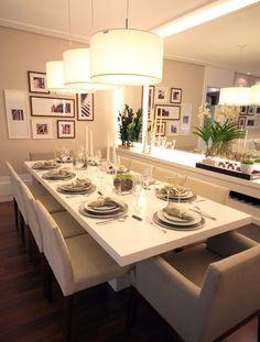 De todos os ambientes de uma casa, a sala de jantar foi a única que práticamente não mudou em termos de layout. O que mudou foi nosso estil...