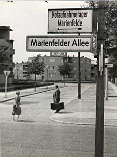 Fotografie, Fotograf Klaus Kindermann, 1950er Jahre. Die Notaufnahmelager Marienfelde war die Anlage wo Flüchtlinge aus der DDR inhaftiert und untersucht wurden, bevor sie in die Bundesrepublik aufgenommen wurden