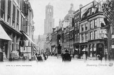 Datering1890 - 1905 beschrijvingGezicht op de Steenweg te Utrecht met op de achtergrond de Domtoren (links) en de toren van de Buurkerk.