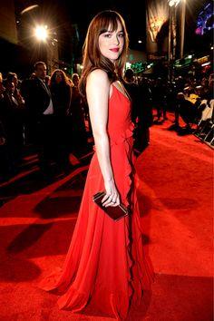 ドレープが美しいディオール(DIOR)の深紅のドレスで、華やかな存在感を放ったダコタ・ジョンソン。 〜レッドカーペットのセレブスナップ〜