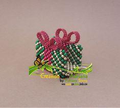 NAVIDAD - CREANDOCONADRIANA Bead Crafts, Beads, Christmas Ornaments, Holiday Decor, Pearls, Light Installation, Beaded Christmas Ornaments, Noel, Beading