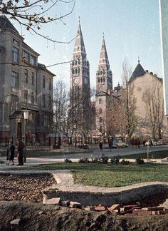 Somogyi utca, balra a Belklinka épülete, szemben a Fogadalmi templom.