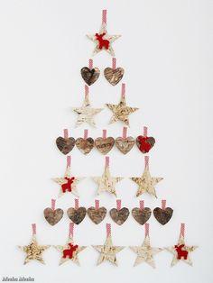 DIY kerstboom van sterren en harten op de muur geplakt