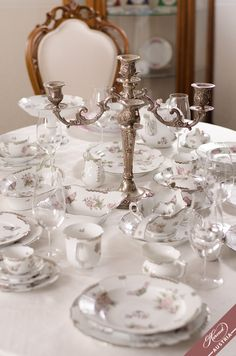 Platinum Grey - this is the reborn of Victoria avec Bord en Or VBO. A modern aristocratic dinner set. Painted Porcelain, Hand Painted, Platinum Grey, Wedding Gifts, Wedding Ideas, Timeless Wedding, Dinner Sets, Fine China, Serveware