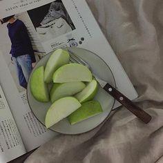 밤에 사과는 독이라던데 굳이 먹겠다고