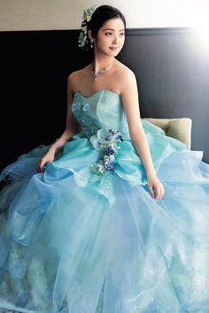 「佐々木希コレクション」のウェディングドレス・カラードレスのカタログ。佐々木希さんの透明感と輝きを表現した、華やかで贅沢なコレクションです。