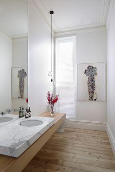 Tijdloze herenhuisstijl: hoge plafonds met kroonlijsten, hout, marmer en artwork. Hawthorn House / AM Architecture