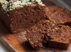 Schoko Orangen Erdnuss Kuchen mit veganem Eischnee aus Kidneybohnen. Locker, saftig und nicht zu süß. Rezept auf Healthy On Green.