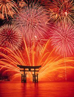 宮島 花火*Fireworks at Miyajima, Japan Fogo Gif, Beautiful World, Beautiful Places, Beautiful Pictures, Miyajima, Fire Works, Hanabi, Thinking Day, Japanese Culture