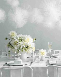 Table arrangements for your wedding that include dahlias.