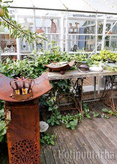 Singer-ompelukonepöydän jalat ovat saaneet uuden elämän puutarhapöydän alla. Kuva: Teija Tuisku Reuse, Upcycle, Greenhouses, Repurposed, Recycling, Plants, Green Houses, Upcycling, Glass House