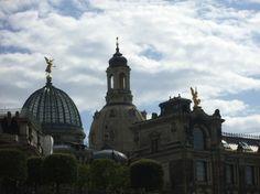 Besuchen Sie die historische Altstadt von Dresden, in ca. 20 Minuten erreichen Sie das Zentrum von Pillnitz aus. Frauenkirche, Semperoper, Zwinger, Brühlsche Terasse und vieles mehr wartet auf Ihren Besuch. Auch wunderbar von der, nur 1 Minute von unserer Ferienwohnung entfernten, Bushaltestelle erreichbar. Ebenso ist in ca. 3 Minuten Fussweg eine Haltestelle der Dresdner Stadtrundfahrt erreichbar.