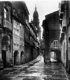 Una fascinante fotografía de la Rúa do Vilar en #Compostela del Archivo #Ksado #galiciaretro