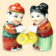Niños de la felicidad: Los Niños de Felicidad y Fortuna es una pareja auspiciosa en el Feng Shui. Ellos traen en las manos unas monedas aludiendo que el año que comienza no habrá dificultades económicas ni financieras. Simbolizan la fortuna que se recibirá al empezar el año, los chinos acostumbran que estas parejas de niños se muestren, en diferentes figuras, siendo colocadas o algunas pegadas, en la puerta de la casa. Otras representaciones de estos niños, como faroles de seda rojos, se cue...