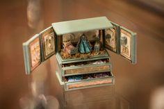 degamonal: by Deb Jackson Designs Miniature Figurines, Miniature Dolls, Mini Bebidas, Mini Doll House, Doll Display, Tiny World, Mini Things, Polymer Clay Crafts, Miniture Things
