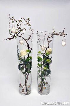 unusual easter roses and eggs decoration ~ Leuke vazen met Pasen… Deco Floral, Arte Floral, Floral Design, Ikebana, Wedding Decorations, Christmas Decorations, Deco Nature, Easter Crafts, Flower Designs