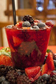 Receita: caipirinha de frutas vermelhas com prosecco (Foto: Divulgação)
