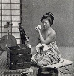 化粧をする女性 : 100年前の日本の古写真ギャラリー