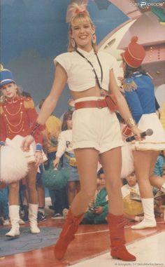O figurino de Xuxa chamava bastante atenção das crianças na década de 80. A rainha dos baixinhos...