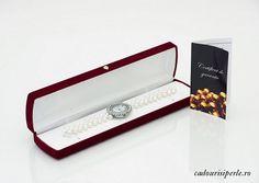 Un ceas cu ecranul oval inconjurat de cristale si cu o bratara din perle naturale albe de 5-6 mm. Este un accesoriu pretios si de impact. Inchizatoarea este la alegere.Detalii: http://cadourisiperle.ro/produse/colectia-business/ceas-cu-perle-albe