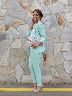 Pantalón de traje para ir de boda by Paula Echevarría. Más en: http://www.esta-de-moda.es/moda-tendencias/lo-que-se-lleva/pantalones-para-bodas/