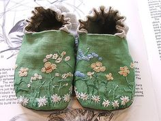 Reminds me of Chris' handwork! Green Linen Shoes by Tiny Happy (Melissa Wastney) Baby Booties, Baby Shoes, Booties Crochet, Baby Sandals, Crochet Shoes, Embroidery Stitches, Hand Embroidery, Vintage Embroidery, Embroidery Designs