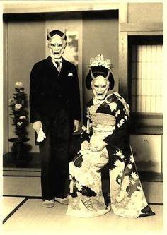 """うちゃかさんのツイート: """"私の祖父母も昭和初期にこんな感じの結婚式写真を撮ってるんだけど、他にもこういう風に撮っている方々の写真を見つけたから、安心した。祖父母は「流行りみたいな感じだったのよねー」って言ってたけどまじROCKだなって思ってる。 https://t.co/DHhG5T5tH9"""""""