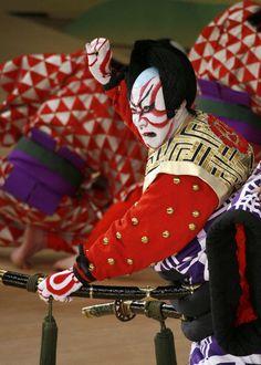 Danjuro Ichikawa (the twelfth) in the Kabuki Theatre - Japan Samurai, Noh Theatre, Theater, Art Japonais, Japan Art, Nihon, Japanese Culture, Maneki Neko, Costume