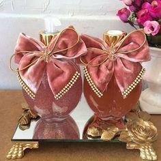Quem não ama um rosa?! Lindo kit de lavabo! #Difusor #difusordevaretas #difusordeambiente #sabonete #handsoap #bandeja #bandejadeespelho #lavabo #banheiro #casa #casacheirosa #decor #decoração #detalhes #casamento #perfume #perolas #personalizados #perfumeparacasa #rosa #laçoRosa #ateliemarivenancio Shabby Chic Crafts, Shabby Chic Cottage, Wedding Boxes, Wedding Favors, Crafts To Make And Sell, Diy And Crafts, Decorated Gift Bags, Vanity Decor, Bottle Crafts