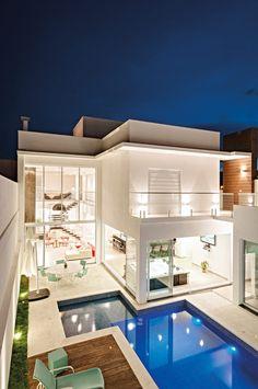 O espaço gourmet é o grande destaque deste moderno projeto arquitetônico. Home Design Floor Plans, Home Room Design, Dream Home Design, Modern Villa Design, Luxury Homes Dream Houses, House Front Design, Modern Mansion, Dream House Exterior, Modern House Plans