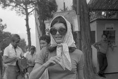 EVGENIA GL JACKIE ONASSIS WITH BIG SUNGLASSES AT CAPRI STREETS Jackie Kennedy ricordata da Pizzi a Capri con figli e Onassis. Tutte le foto - Formiche.net