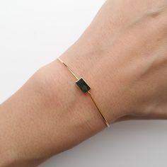 Bracelet fantaisie intemporelle torsadé, taille ajustable. COULEUR: doré. COMPOSITION: laiton.