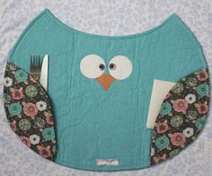Arte Brasil | Jogo Americano de Coruja - Renata Silva Quilting Projects, Sewing Projects, Fabric Crafts, Sewing Crafts, Owl Sewing, Place Mats Quilted, Owl Crafts, Mug Rugs, Thanksgiving Crafts