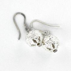 Boucles d'oreilles créateur crochet en argent forme boule filigrane, création Toulouse.
