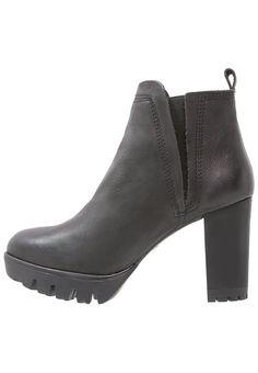 Lazamani Korte laarzen black, 129.95, http://kledingwinkel.nl/shop/dames/lazamani-korte-laarzen-black-3/ Meer info via http://kledingwinkel.nl/shop/dames/lazamani-korte-laarzen-black-3/