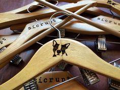 Nossos cabides gravados e personalizados para a @sicrupt  #cortealaser #gravacaoalaser #lasercut #acrilico #mdf #decoracao #criatividade #personalizacao #brindes #chaveiros #cabides #arte #decor #artesanato #apaixonadosporcachorros by mdsalaser