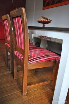 Rood gestreepte stoelen en zwart-witte tafel in Keuken in Naarden na STIJLIDEE Interieuradvies en Styling via www.stijlidee.nl
