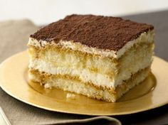 Tiramisu is an elegant dessert that's ridiculously easy to make – especially if you use pre-made ladyfingers. Try this Yummy Tiramisu recipe and enjoy. Bolo Tiramisu, Tiramisu Dessert, Food Cakes, Cupcake Cakes, Cupcakes, Gourmet Recipes, Cake Recipes, Dessert Recipes, Gourmet Foods