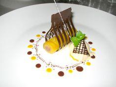 Ein aufwendiges Dessert aus Mango und Schokolade. Viel Arbeit, die sich hoffentlich auszahlen wird.