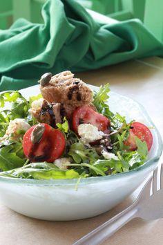 Ρόκα με ψητό ανθότυρο, τοματίνια, κάπαρη, παξιμάδι και βινεγκρέτ με μπαλσάμικο και μέλι Salad Bar, Cobb Salad, Salads, Tacos, Vegetarian, Lunch, Meat, Chicken, Cooking