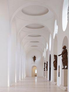 Side aisle inside the Moritzkirche. Renovation by John Pawson. Photo by Jens Weber.