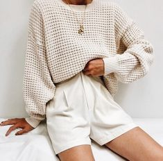 A Definitive Guide to Minimalist Style + 10 Minimalist Looks To Try. This post has ideas for the perfect casual outfit, business outfit, or work outfit. Mode Outfits, Winter Outfits, Summer Outfits, Casual Outfits, Fashion Outfits, Womens Fashion, Fashion Trends, Winter Clothes, Casual Shorts