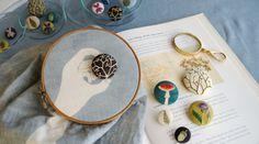 [sonu]という、新沼千尋さんが立ち上げた染・刺繍のブランドの作品。丁寧にひとつひとつの柄を染め、その上から刺繍を施している。手作りならではの優しさとあたたかさが溢れた作品である。