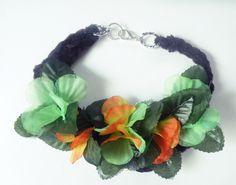 Collar tejido con flores de tela.  www.floraindumentaria.blogspot.com