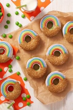 St Patricks Day Cupcake, St Patricks Day Food, Rainbow Donut, Rainbow Food, Green Desserts, Cute Desserts, Gold Donuts, Wilton Cake Decorating, Delicious Donuts